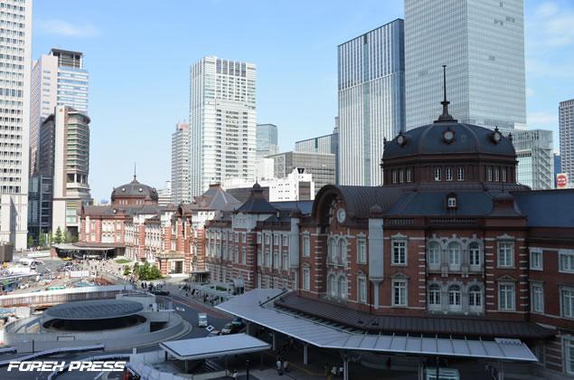 JPタワーから東京駅をのぞむ